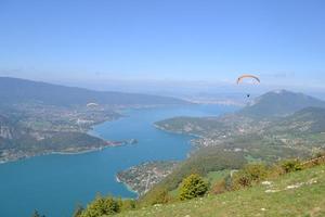 ' Vol au dessus du lac d'Annecy'- Survoler le lac d'Anne cy en parapente pour un moment magique © Coralie Moulin